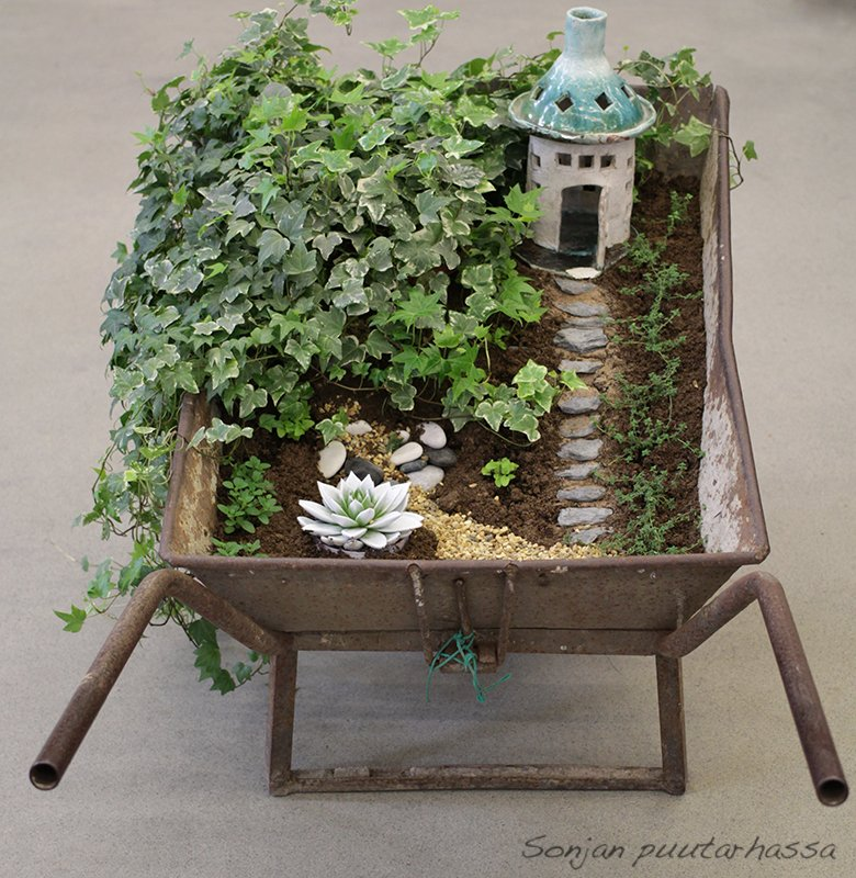 Työnnettävä puutarha kottikärryssä
